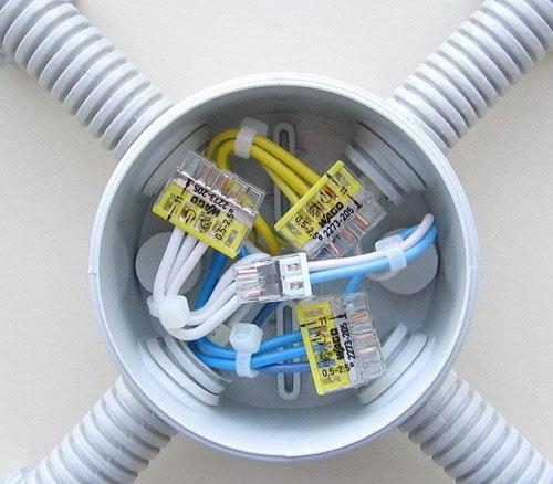 заведение кабеля в гофре в распаечную коробку