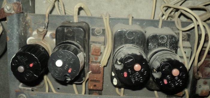 Что делать, если выбило пробки или автомат в квартире, как включить свет